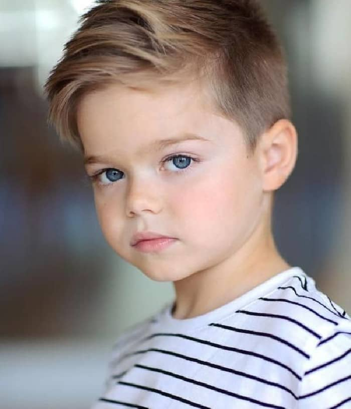 Die beste Frisur für kleine Jungs mit dünnem Haar