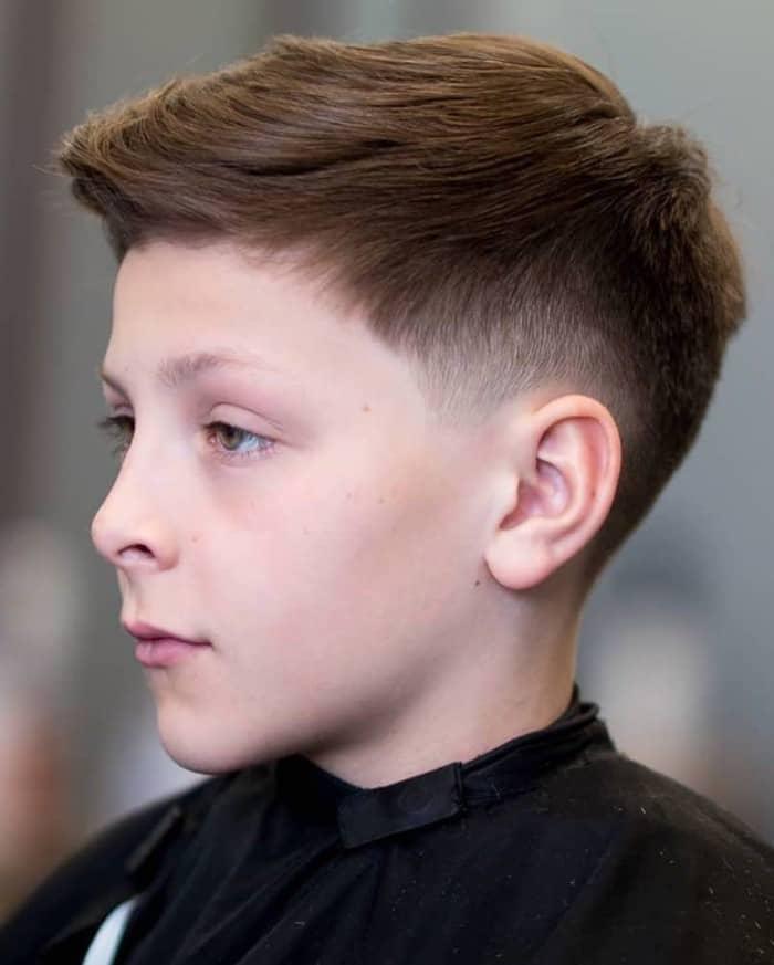 Verblasste Seiten und definierte Haare oben für Jungen