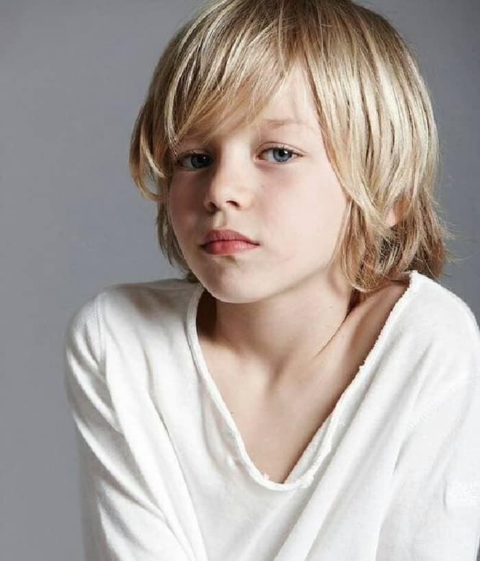 Blonde Surfer Frisur für Jungs mit langem Haar