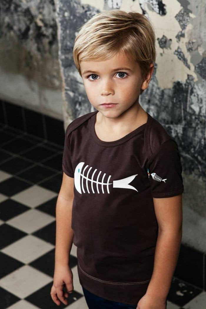 Der blonde Kinderhaarschnitt mit Schichten ist perfekt für Boys