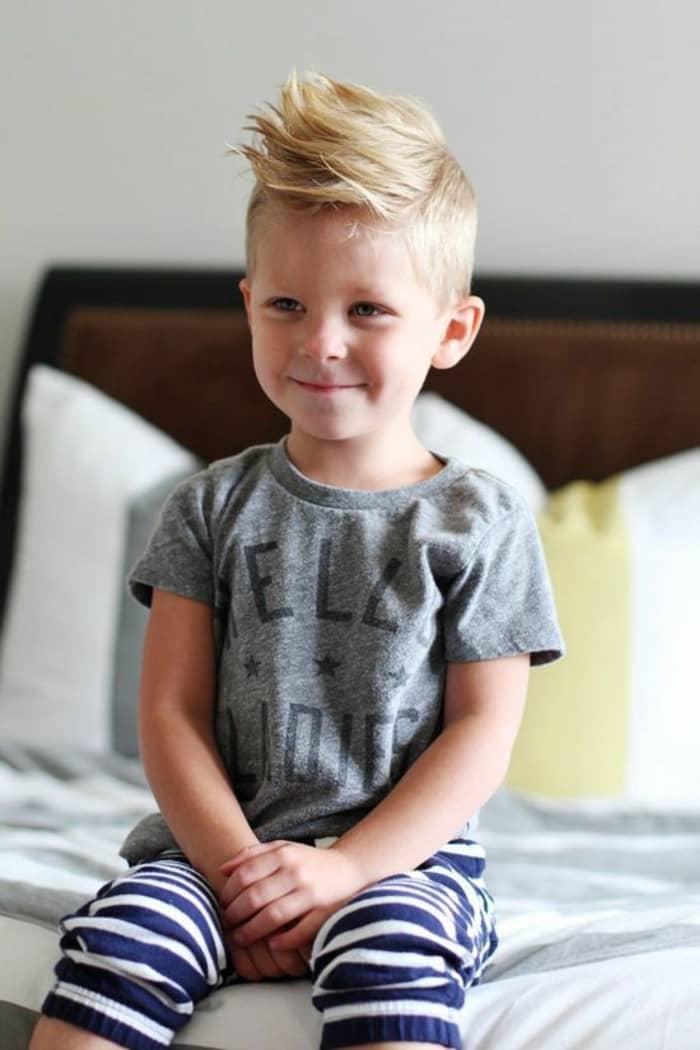 Kurze blonde Frisur für Kinder mit dichtem Haar