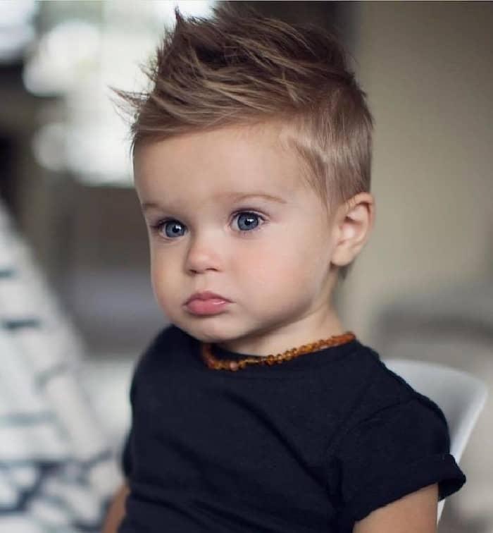 Die Frisur mit einem unordentlichen Oberteil für Kinder ab 3 Jahren