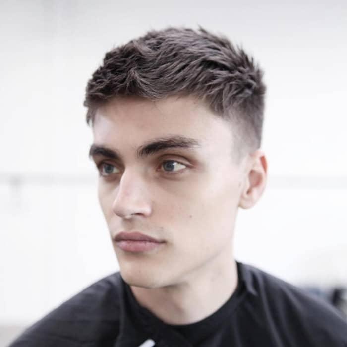 Der Barber Haarschnitt mit dem kurzen Übergang