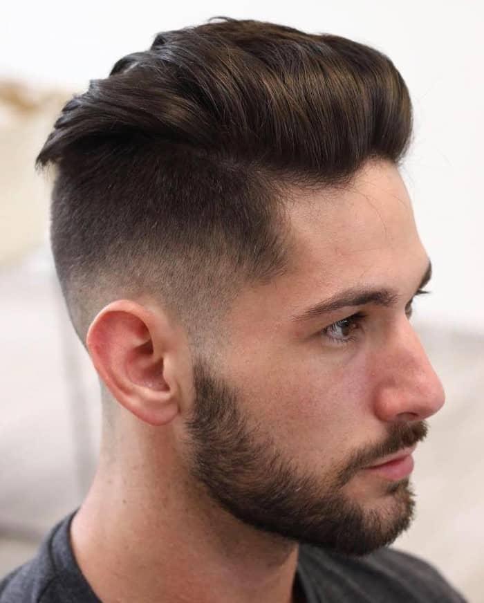 Beidseitiger Haarschnitt mit Übergang mit glattem Oberkopf ist stilvoll