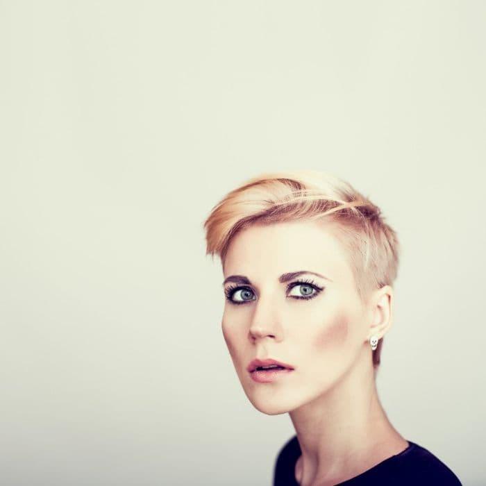 moderne Kurzhaarschnitt für Damen mit blondem Haar