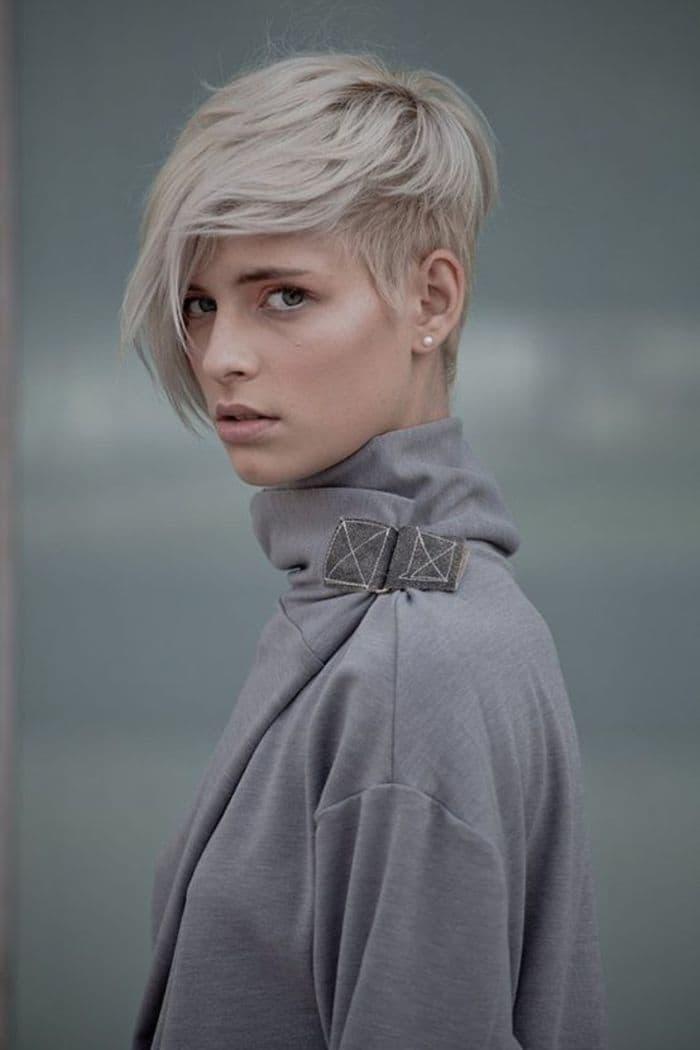 Ein welliger Oberkopf verleiht dem blonden Haar zusätzliches Volumen