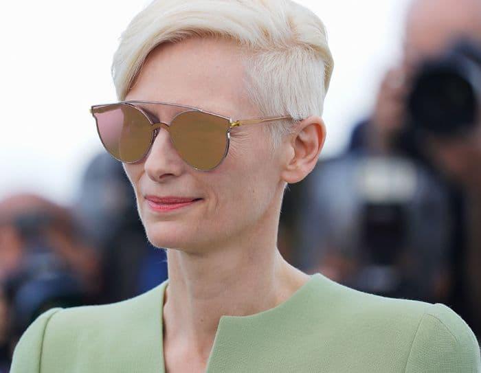 Tilda Swinton trägt blonde kurze Haare mit Undercut