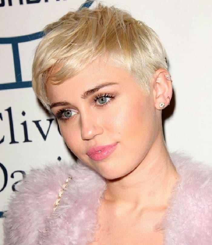 Miley Cyrus trägt kurze blonde